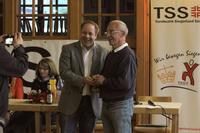 Guido Mueller (l.), der Vorsitzende des Turnbezirks Siegerland-Sued, ueberreichte Manfred Reichel (r.) im Rahmen des Bezirksturntages den Koelbis-Preis 2015.