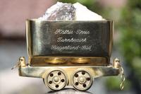 """Der Koelbis-Preis ist ein stilisierter goldener """"Hunt"""", ein klassisches Arbeitsgeraet des Bergbaus, das im Rahmen des Bezirksturntages ueberreicht wurde."""