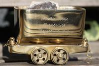 """Der Koelbis-Preis ist ein stilisierter goldener """"Hunt"""", ein klassisches Arbeitsgeraet des Bergbaus, das im Rahmen des Bezirksturntages ueberreicht wird."""